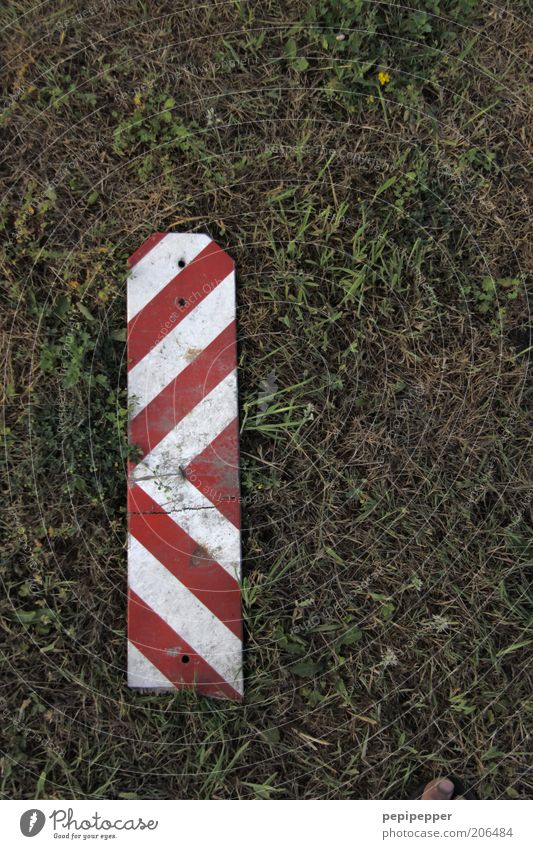 ten-barque stripes Earth Grass Meadow Transport Plastic Sign Signs and labeling Signage Warning sign Road sign Footprint Green Red White Colour photo