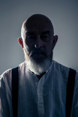 Senior in the shade Human being Masculine Male senior Man Grandfather Head 1 60 years and older Senior citizen Old Facial hair Gray-haired Bald or shaved head