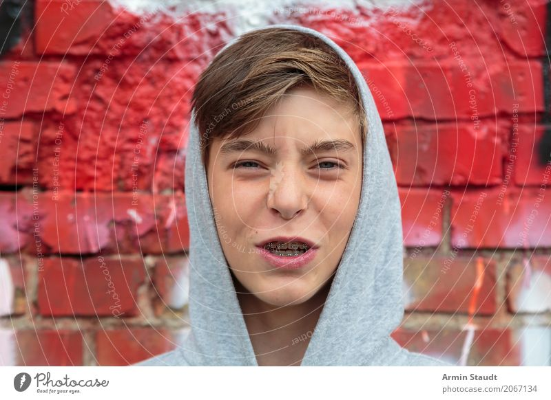 yea Lifestyle Style Design Human being Masculine Young man Youth (Young adults) Face Teeth 1 13 - 18 years Wall (barrier) Wall (building) Hooded sweater
