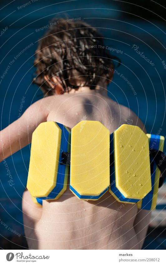 greenhorn Human being Child Blue Yellow Life Boy (child) Happy Moody Infancy Leisure and hobbies Swimming & Bathing Wet Cool (slang) Observe Toddler Fluid