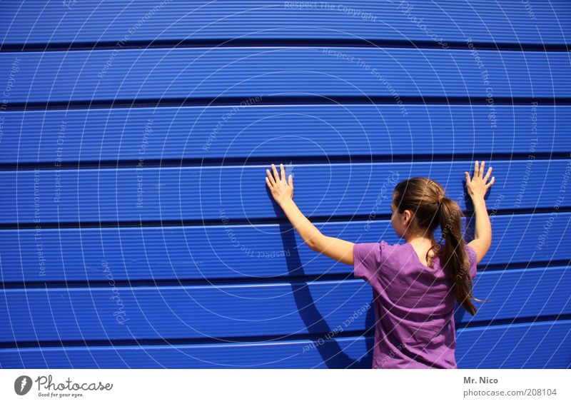 Hand Blue Feminine Wall (building) Hair and hairstyles Head Wall (barrier) Arm Back Fingers Facade T-shirt Violet Stripe Touch Brunette
