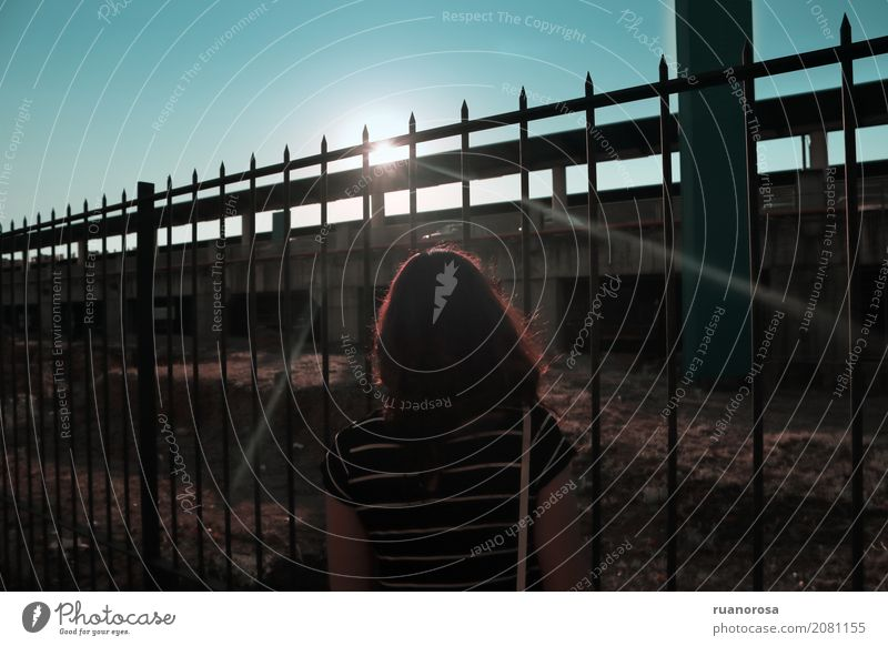 El sol enfrente Feminine Young woman Youth (Young adults) 1 Human being Sky Sun Sunrise Sunset Sunlight Ruin Warm-heartedness Serene Senses Pasture fence