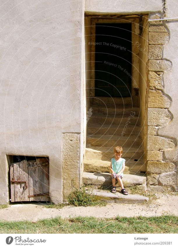 Toscanakind. Summer Sun Child Human being Masculine 1 3 - 8 years Infancy Beautiful weather Warmth Grass House (Residential Structure) Wall (barrier)