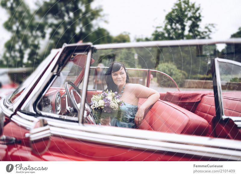 Love is in the air (02) Feminine Woman Adults 1 Human being 30 - 45 years Bride Matrimony Wedding Wedding ceremony Vintage car Red Car Window Bouquet