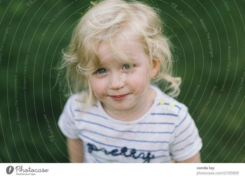 girl Leisure and hobbies Playing Garden Parenting Kindergarten Child Human being Girl Infancy 1 1 - 3 years Toddler 3 - 8 years Blonde Curl Joy Pure Contentment
