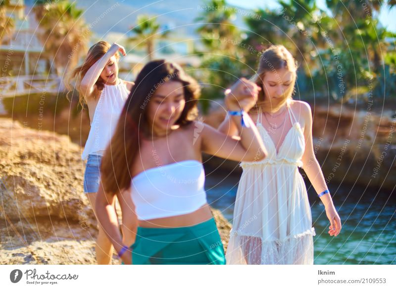 Friends in the evening sun Lifestyle Young woman Youth (Young adults) Friendship 3 Human being 18 - 30 years Adults Youth culture Walking Vacation & Travel
