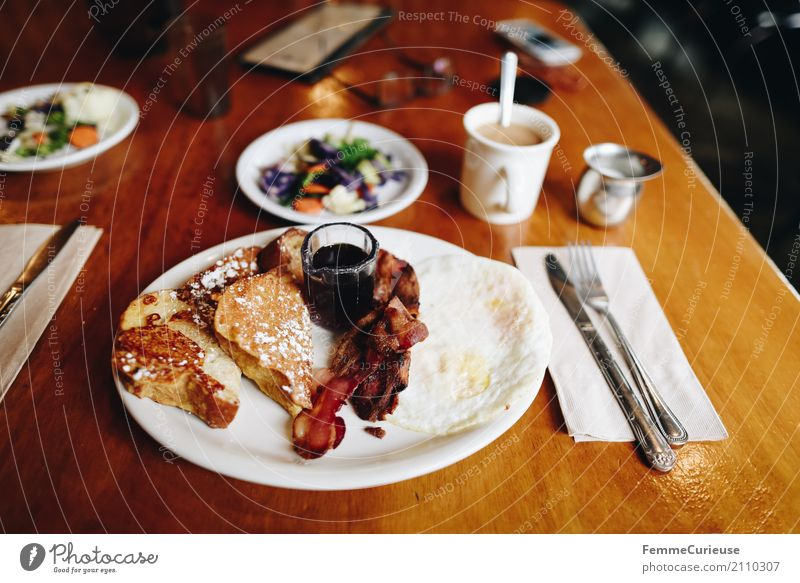 Roadtrip West Coast USA (205) Food Nutrition To enjoy bacon French toast Toast Syrup Coffee Wooden table Breakfast Cutlery Napkin Brunch Breakfast table Eating