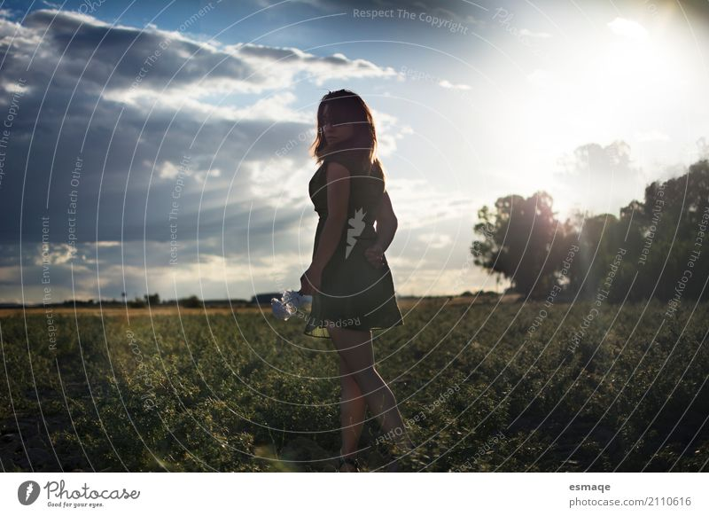 chica en el campo con atardecer Lifestyle Allergy Woman Adults Nature Landscape Plant Sky Sunrise Sunset Natural Happiness Peaceful Goodness Serene Patient Calm