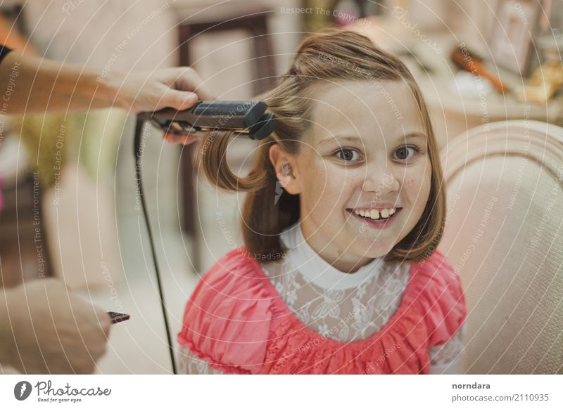 Children's hairdresser Joy Girl Happy Hair and hairstyles Work and employment Blonde Infancy Smiling Happiness To enjoy Profession 8 - 13 years Ease Optimism