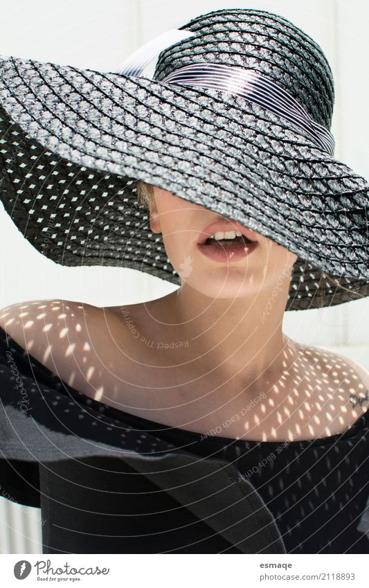 Chica con sombrero grande y sol Elegant Style Beautiful Skin Summer Sun Feminine Mouth Lips Hat Cool (slang) Modern Black woman Lipstick sombra verano