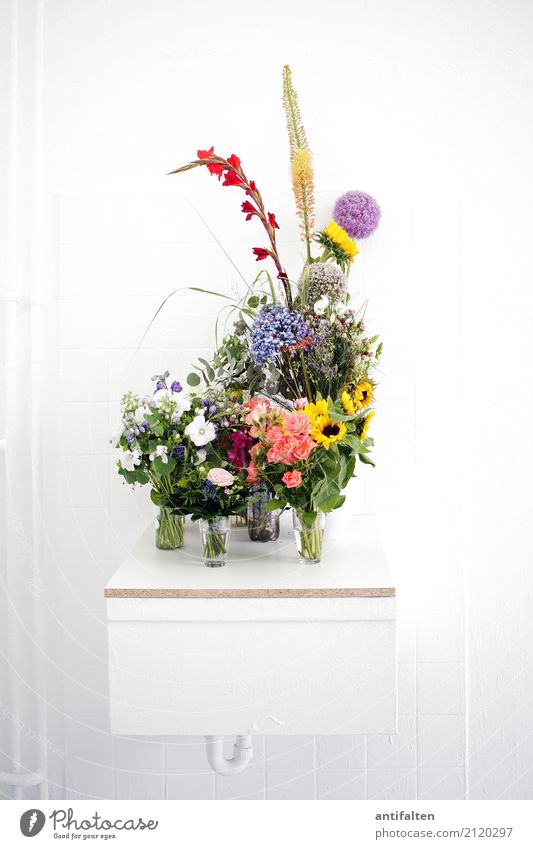 Flowers for the artist Lifestyle Living or residing Flat (apartment) Interior design Room Atelier Sink Feasts & Celebrations Target Exhibition Exhibition room