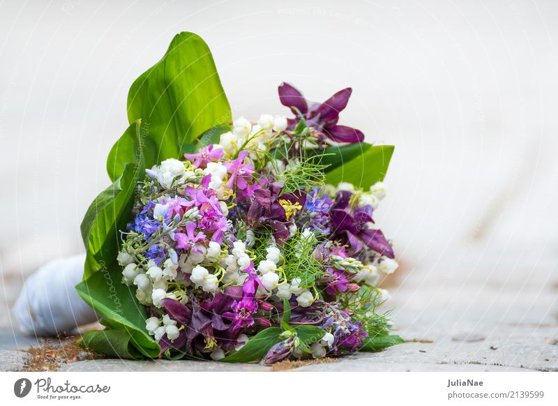 Wedding bouquet on the floor Flower Ostrich wedding flowers wedding bouquet Lie Ground Floor covering Spring jettisoned Fresh Old Past Completed Doomed Forget