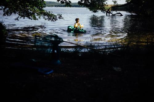 Child Human being Summer Water Sun Tree Joy Warmth Boy (child) Lake Swimming & Bathing Masculine Infancy To enjoy Hot Toddler