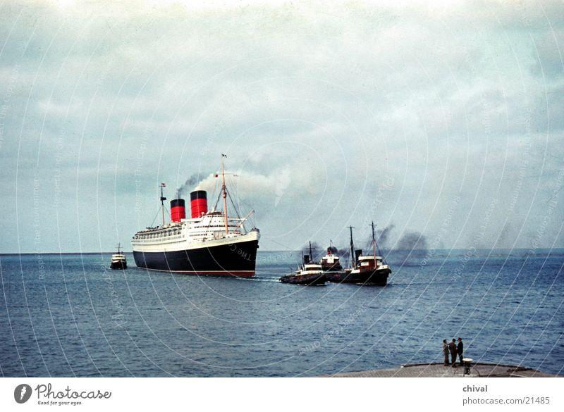 Queen Elizabeth Ocean Watercraft Tug Navigation Cruise France Europe pilots Harbour Queen Mary