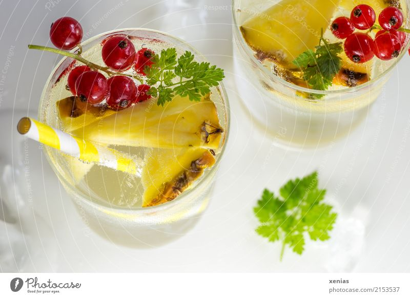 Cool water with pineapple, currants and chervil Fruit Herbs and spices Pineapple Redcurrant Chervil Ice cube Beverage Cold drink Drinking water Lemonade Glass