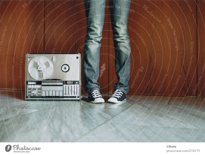 sound without tape - analogue Lifestyle Radio (device) Entertainment electronics Young woman Youth (Young adults) 1 Human being 18 - 30 years Adults Media Jeans