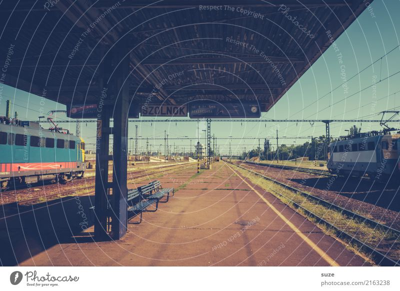 platform Vacation & Travel City trip Culture Town Train station Railroad Engines Platform Railroad tracks Wait Old Exceptional Simple Historic Retro Gloomy
