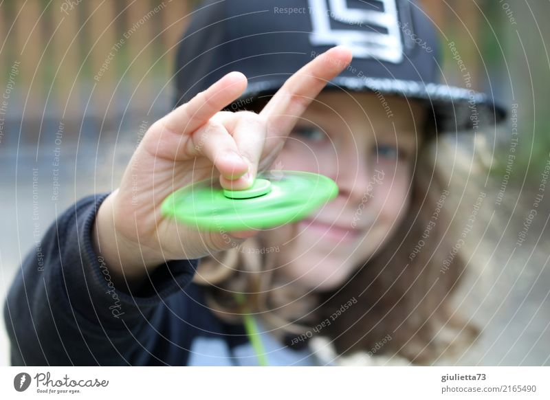 rock 'n' roll Playing Finger game fidget spinner Child Boy (child) Infancy 1 Human being 8 - 13 years Cap Baseball cap snapback Long-haired Curl Rotate Smiling
