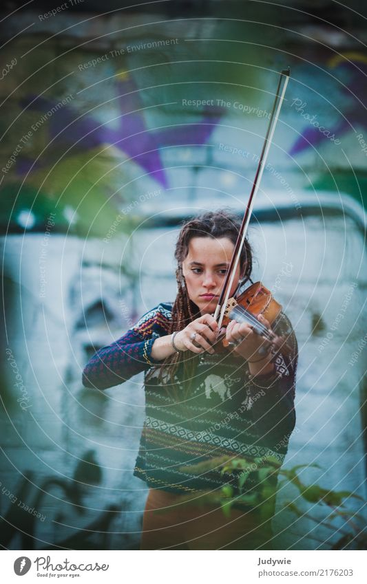 Sound in Sound | Violin and Graffiti Leisure and hobbies Playing Human being Feminine Young woman Youth (Young adults) Adults 13 - 18 years 18 - 30 years Music