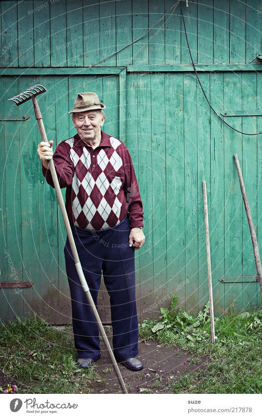 Human being Man Old Green Senior citizen Wall (building) Garden Masculine Leisure and hobbies Pants Hat Friendliness Grandfather Retirement Work and employment