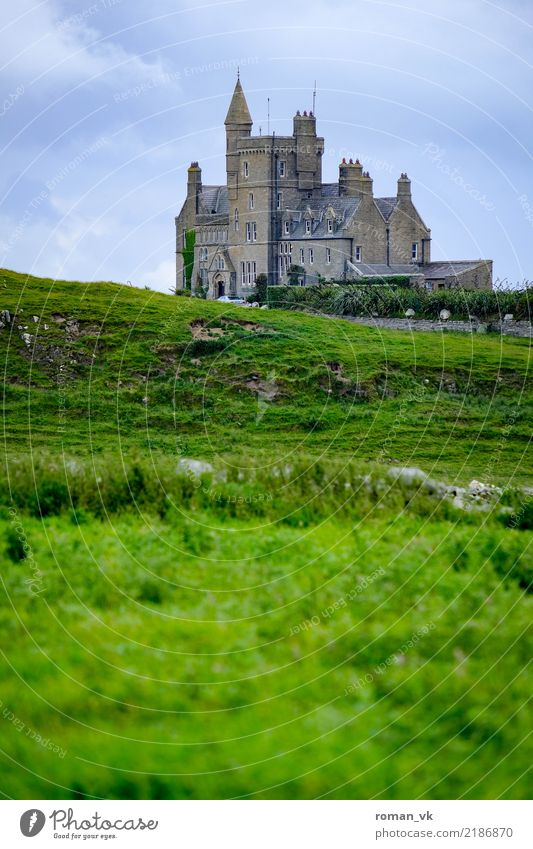Burg in Irland House (Residential Structure) Dream house Historic Gray Green Castle Grass hochformat düster alt old geheimnisvoll Mysterious alone einsam grau