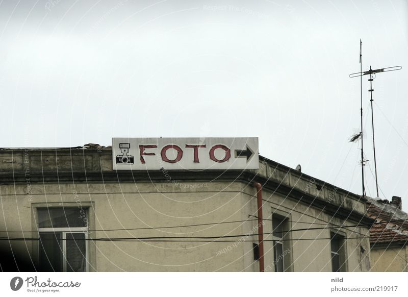 Sky Gray Photography Signs and labeling Leisure and hobbies Roof Transience Arrow Advertising Trade Photographer Antenna Take a photo Old building Archaic Trend-setting