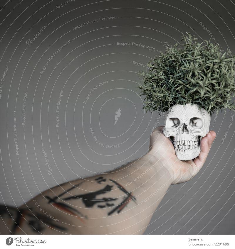 Sein oder Nichtsein vergänglich Hand verstörend abstrakt skurril dramatisch Drama Theater philosophieren Philosophie denken halten Zähne Gebiss Tätowierung