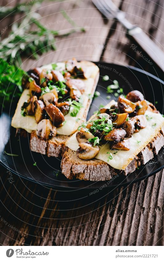Toasted bread with raclette cheese and mushrooms Bread Healthy Eating Dish Food photograph Raclette cheese Mushroom Button mushroom Rustic Hearty Delicious
