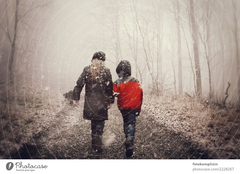 Child Human being Girl Winter Forest To talk Lanes & trails Snow Boy (child) Together Friendship Going Hiking Fog Infancy Communicate