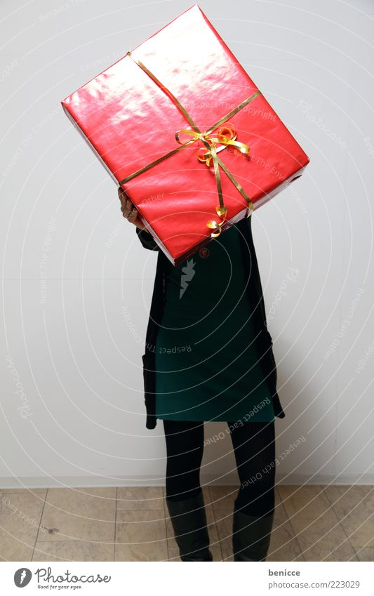 Woman Human being Christmas & Advent Red Birthday Large Gift To hold on Hide Indicate Anonymous Bow Feasts & Celebrations Gigantic Valentine's Day Consumption