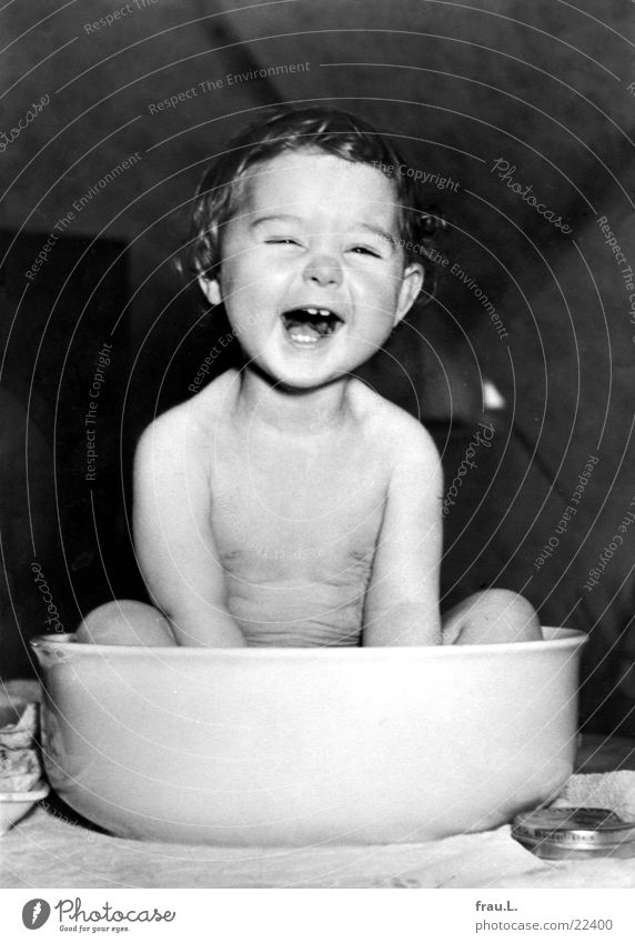Washbowl Joy Personal hygiene Face Life Table Child Human being Toddler Girl Teeth Laughter Happiness Small Cute Joie de vivre (Vitality) Enthusiasm