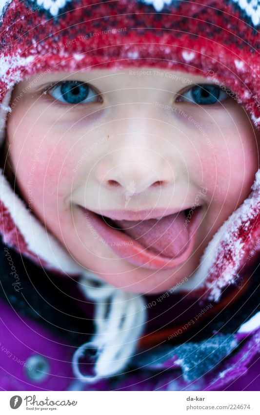 Winter tastes like this Human being Child Girl Infancy Face Tongue 1 3 - 8 years Cap Freeze Cold Multicoloured Joie de vivre (Vitality) Colour photo