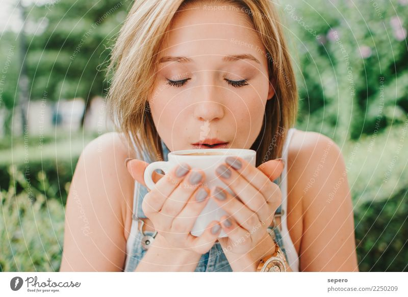 Coffe girl young Breakfast Coffee Lifestyle Joy Happy Beautiful Face Woman Adults Park Smiling Fresh Modern desayuno food girls people student sunny sweet Day