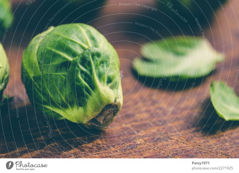 cabbage Food Brussels sprouts Nutrition Organic produce Vegetarian diet Diet Chopping board Fresh Brown Yellow Green To enjoy Raw Raw vegetables Colour photo