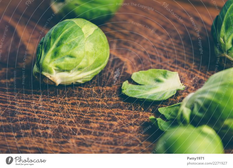 cabbage Food Vegetable Brussels sprouts Organic produce Vegetarian diet Diet Chopping board Wood Fresh Brown Yellow Green To enjoy Nutrition Raw Raw vegetables