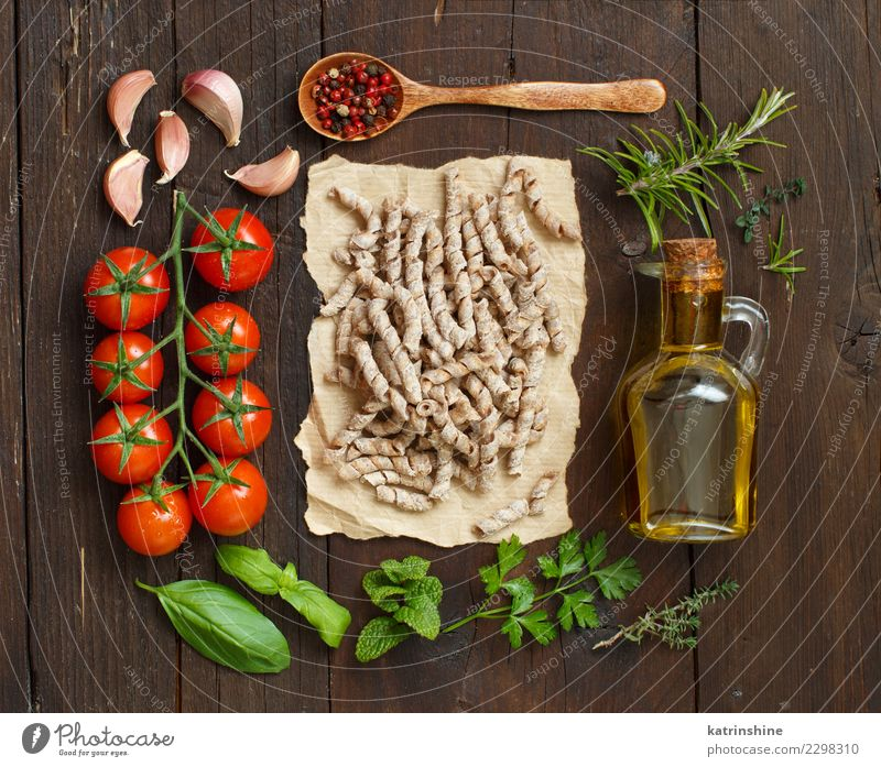 Whole wheat pasta, vegetables, herbs and olive oil Green Red Dark Brown Fresh Table Tradition Bottle Meal Diet Vegetarian diet Tomato Rustic Raw Ingredients