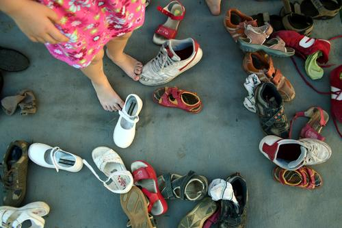 KuddelMuddel Girl Legs Feet Stand Wait Footwear Sandal Sneakers Barefoot Search Muddled Chaos Infancy Multicoloured disordered Confusing Untidy Wild Headless