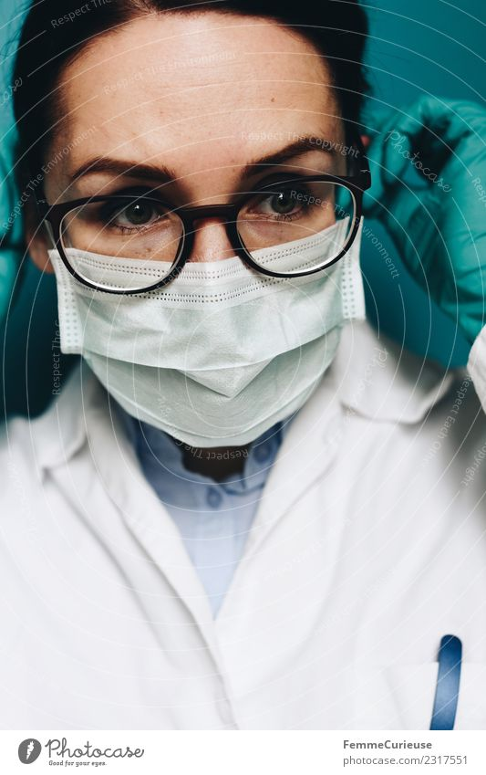 Female doctor with face mask Work and employment Profession Doctor Feminine Young woman Youth (Young adults) Woman Adults 1 Human being 18 - 30 years