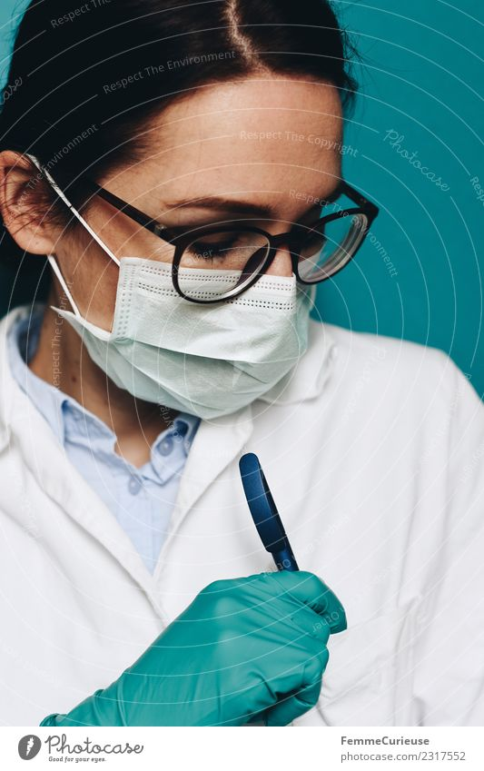 Female doctor with face mask Feminine Young woman Youth (Young adults) Woman Adults 1 Human being 18 - 30 years 30 - 45 years Competent Doctor