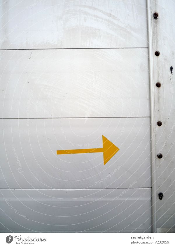 change of direction. Wall (barrier) Wall (building) Metal Sign Signs and labeling Line Arrow Yellow Gray Beginning Change Target Trend-setting Direction