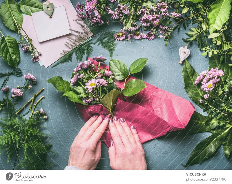 Packing a bouquet, step by step Shopping Style Design Joy Living or residing Table Feasts & Celebrations Human being Feminine Woman Adults Hand Plant Flower