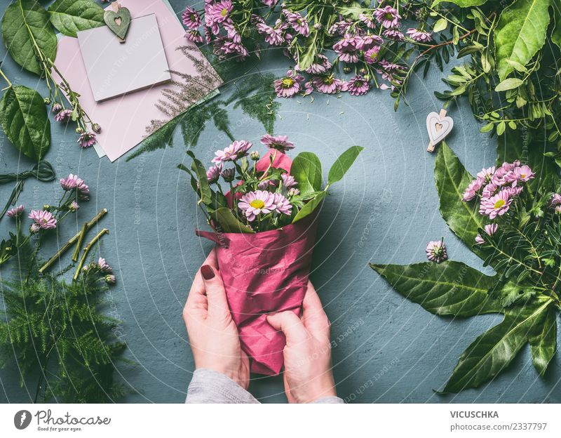 Packing the bouquet, step by step 2 Shopping Style Design Living or residing Event Feasts & Celebrations Work and employment Human being Feminine Woman Adults