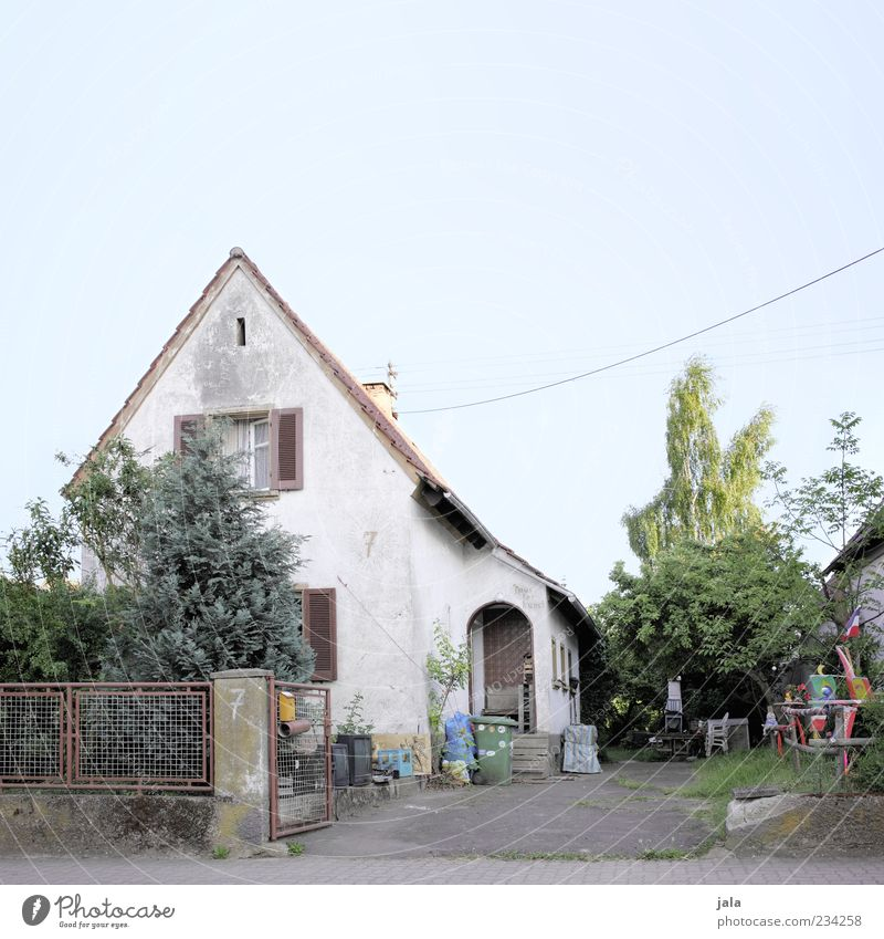 artist's house Cloudless sky Plant Tree Grass Bushes Garden House (Residential Structure) Detached house Manmade structures Building Architecture Gloomy