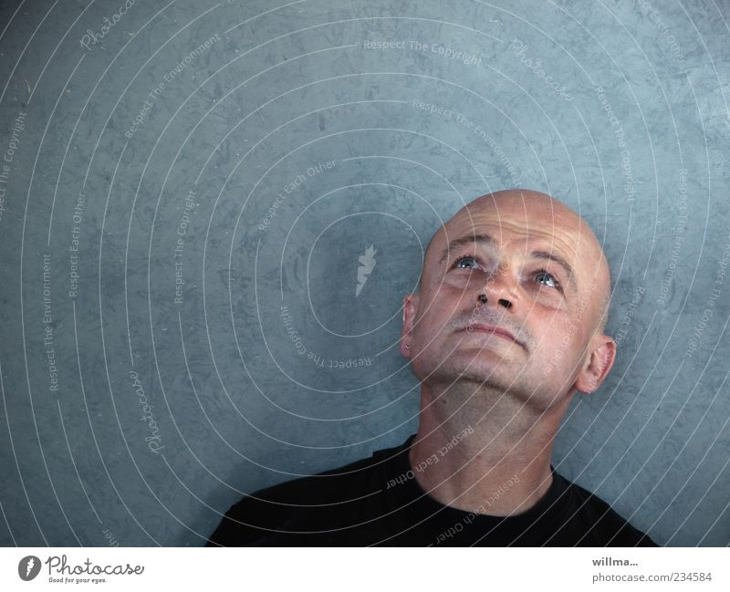 man looking questioningly upwards Relaxation Masculine Man Adults Head Face 1 Human being 30 - 45 years 45 - 60 years Bald or shaved head Observe Think Dream