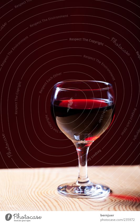 Glass Table Beverage Wine To enjoy Wood grain Wooden table Wine glass Red wine Structures and shapes Alcoholic drinks Redwine glass Cabernet Sauvignon