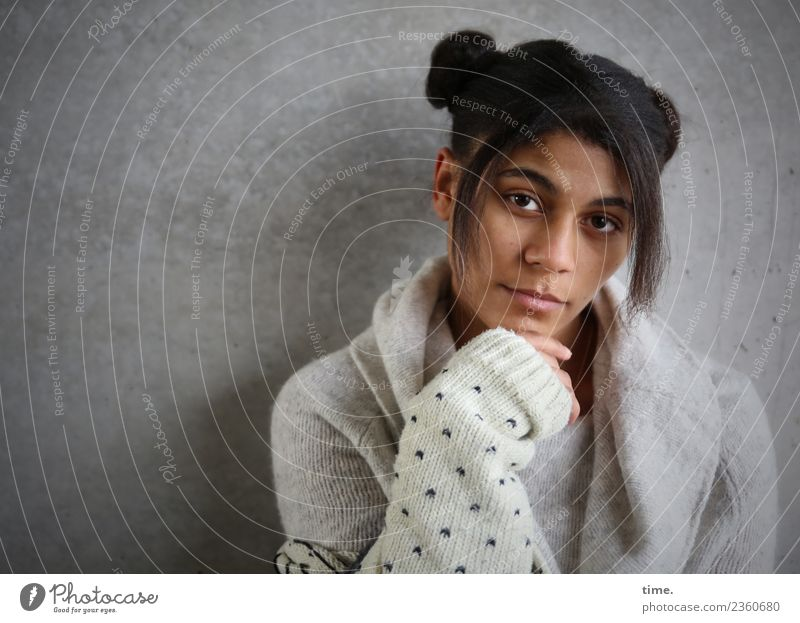 Samina Feminine Woman Adults 1 Human being Wall (barrier) Wall (building) Jacket Hair and hairstyles Black-haired Long-haired Afro Observe Think To hold on
