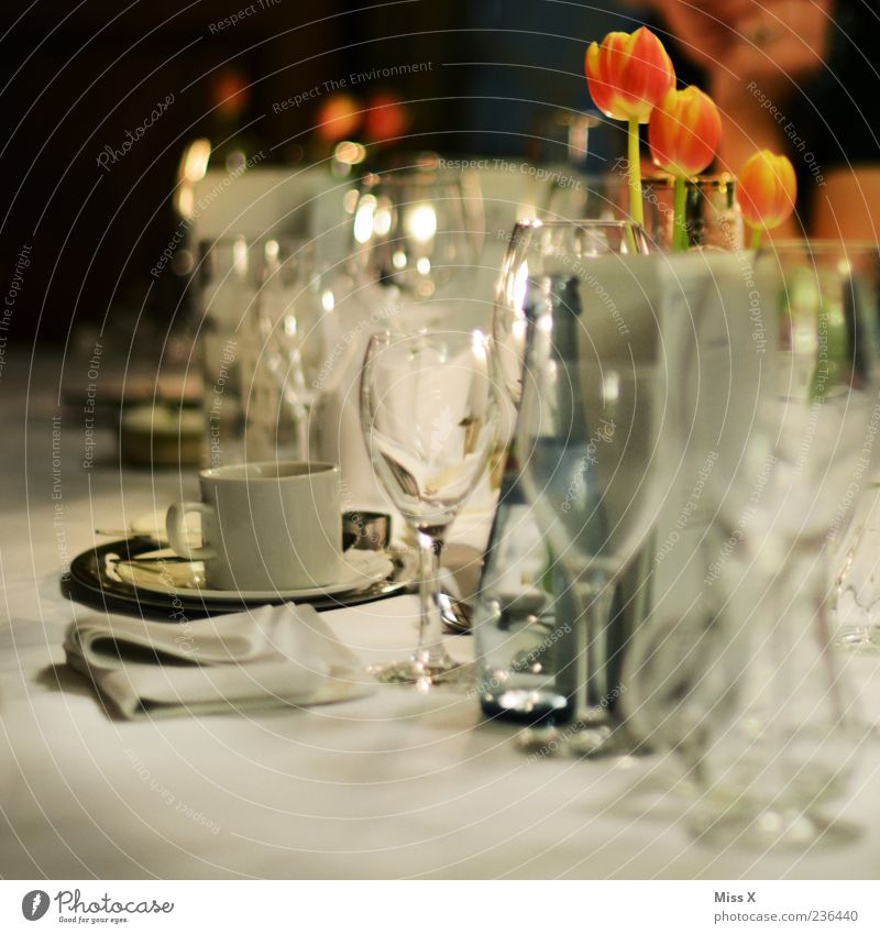 Feasts & Celebrations Party Glittering Glass Table Drinking water Beverage Coffee Wine Restaurant Cup Bottle Dinner Tulip Alcoholic drinks Tablecloth