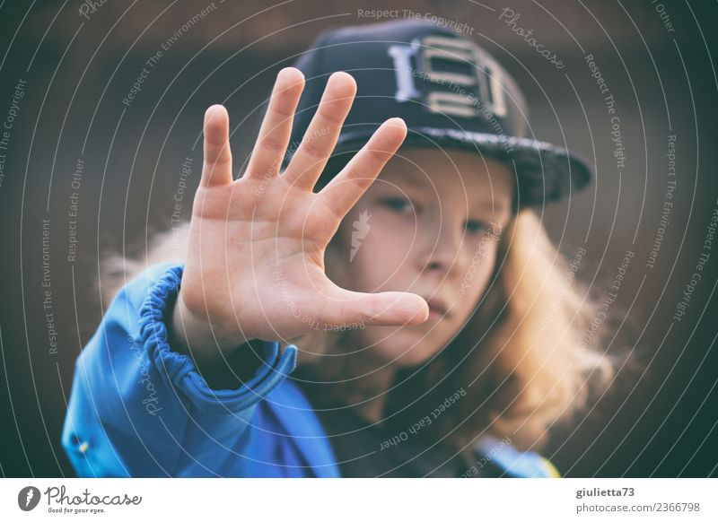 Rejection, stop! Stop! Child Boy (child) Infancy Youth (Young adults) Hand 1 Human being 8 - 13 years Cap Baseball cap Long-haired Curl Peace Identity Protest