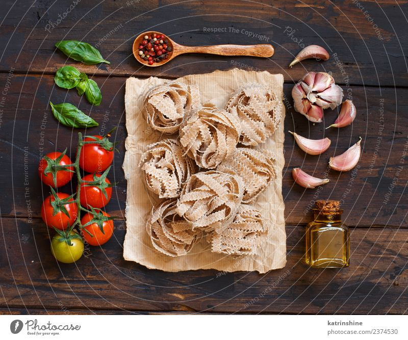 Whole wheat pasta tagliatelle, olive oil, vegetables and herbs Vegetarian diet Diet Bottle Table Leaf Dark Fresh Brown Green Red Tradition cooking food health