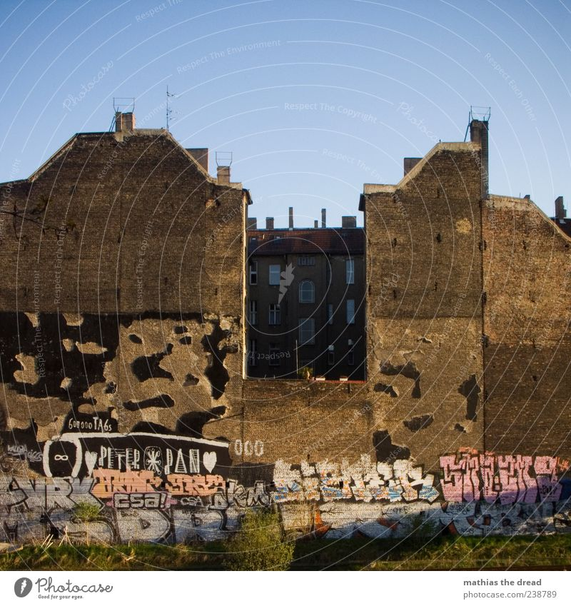 city life Cloudless sky Beautiful weather Town Deserted House (Residential Structure) Manmade structures Building Architecture Wall (barrier) Wall (building)